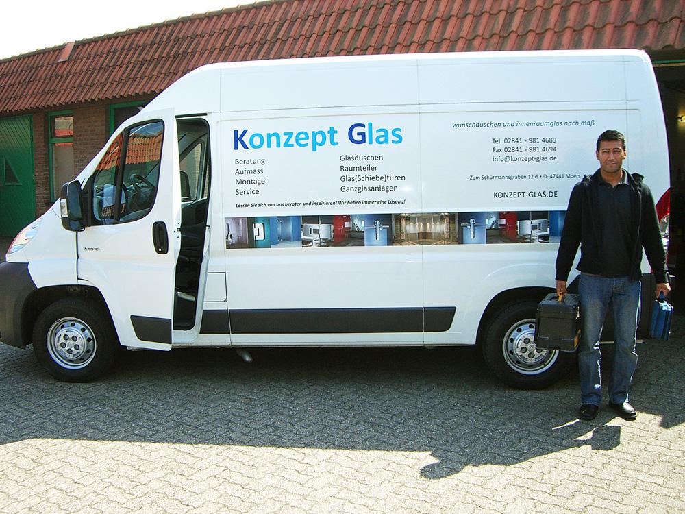 Konzept Glas - Feroz Muradi vor Lieferwagen