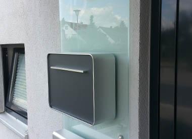 Sonderverglasung hinter Briefkasten